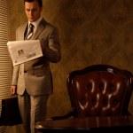 Jornal de leitura empresário retrô — Foto Stock