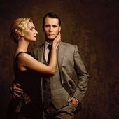Casal retrô sobre fundo cinza — Foto Stock