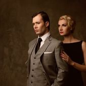 灰色の背景上のレトロなカップル — ストック写真
