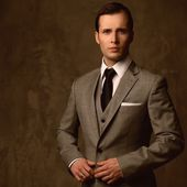 Handsome young man in classic suit — Stok fotoğraf