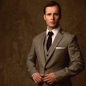 Schöner junger mann in klassischen anzug — Stockfoto