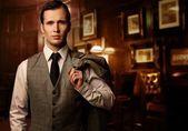 Muž v luxusní vinobraní interiér — Stock fotografie