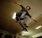 Joven realiza una acrobacia — Foto de Stock
