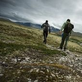Two hikers walking — Stock Photo