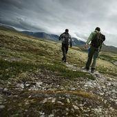 Due escursionisti a piedi — Foto Stock