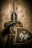 średniowieczny rycerz z bronią — Zdjęcie stockowe