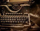Vieille machine à écrire rouillée — Photo