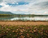Walkway on Lake of Banyoles shore, Spain — Stock Photo