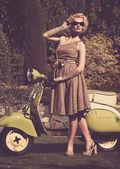 Mujer vestido retro con un scooter — Foto de Stock