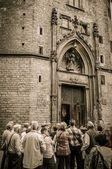 Grupo de cerca de catedral entrada — Foto de Stock