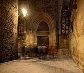 Gruppo di vicino ingresso Cattedrale di notte — Foto Stock