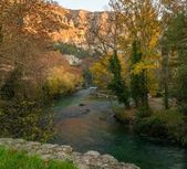 Beautiful river in Fontaine-de-Vaucluse, France — Stock Photo