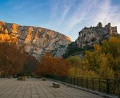 Punto de observación cerca de montañas en fontaine-de-vaucluse, francia — Foto de Stock