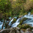 Fast river in Fontaine-de-Vaucluse, France — Stockfoto