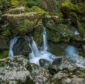 Stream running between rocks in Fontaine-de-Vaucluse, France — Stock Photo