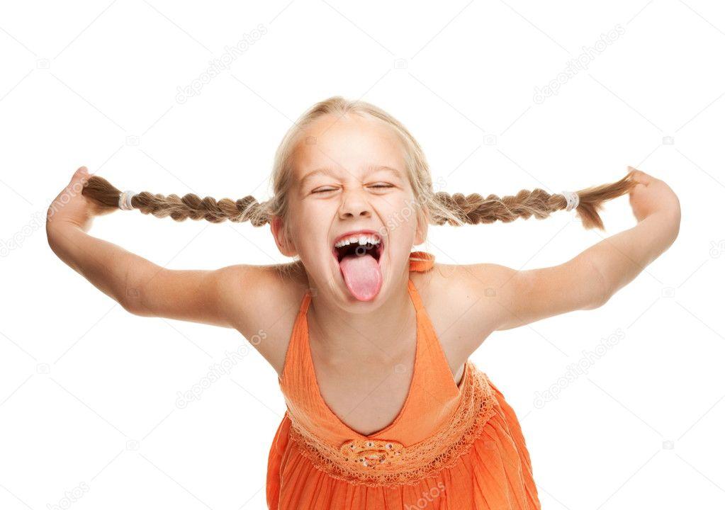 小女孩制作搞笑的表情
