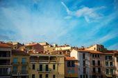 Bel cielo azzurro sopra colorato builidngs — Foto Stock
