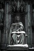 Statua antica con libro — Foto Stock