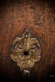 Klíčovou dírkou na staré dřevěné dveře — Stock fotografie