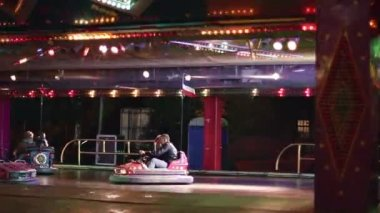 Carousel with cars & motorcycles in amusement park — Vídeo de stock