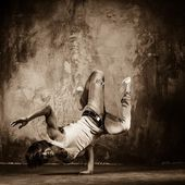 Young man doing acrobatic movements — Stok fotoğraf