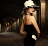 Femme en robe noire — Photo