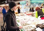 Young woman choosing seafood — Foto Stock