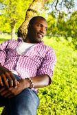молодой черный парень в парке — Стоковое фото