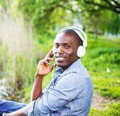 Ung svart kille i park — Stockfoto