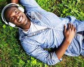 Jeune mec noir dans le parc — Photo