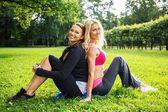 две спортивный девушки на природе — Стоковое фото