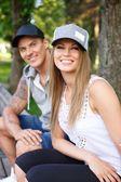Sportive couple assis sur un banc dans un parc — Photo
