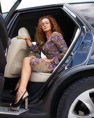 Zrzka žena vykročení do auta — Stock fotografie