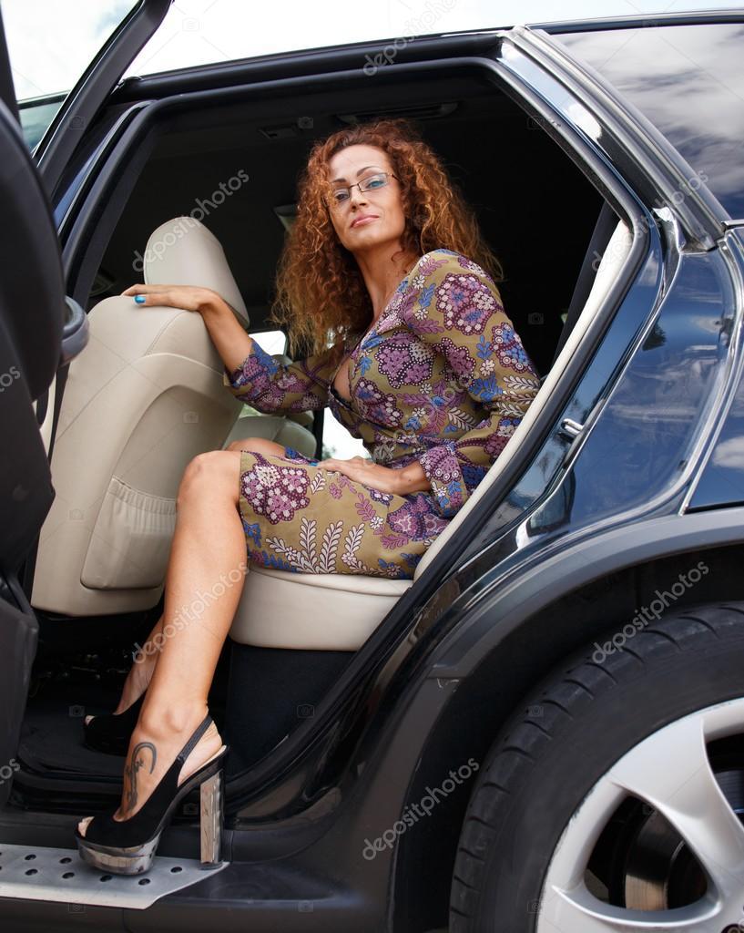 femme rousse sortant de la voiture photo 29114247. Black Bedroom Furniture Sets. Home Design Ideas