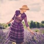 donna in abito viola e cappello — Foto Stock