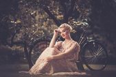 Rétro femme en robe d'été — Photo