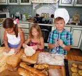 Kinder machen gebäck — Stockfoto