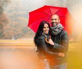快乐中年夫妇与户外的美丽雨季秋天天伞 — 图库照片
