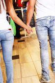 Paar Hand in Hand in ein Sport-Shop — Stockfoto