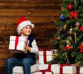 LIttle boy opening gift box under christmas tree — Zdjęcie stockowe