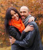 Szczęśliwa para średnim wieku na zewnątrz w piękny jesienny dzień — Zdjęcie stockowe