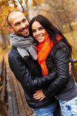 快乐的中年夫妻户外上美丽秋季的一天 — 图库照片