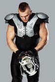 Amerikansk fotbollsspelare med hjälm och pansar — Stockfoto