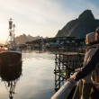 Young travellers couple looking at sunset in Reine village, Norway — Foto Stock