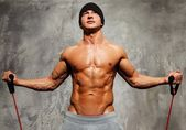 Handsome man with muscular body doing fitness exercise — ストック写真