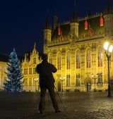 Man with tripod taking picture on a Burg square in Bruges, Belgium — Stock Photo