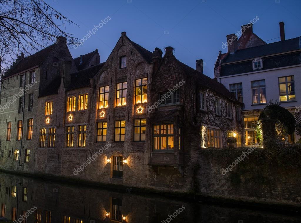 Maison d cor d 39 toiles de no l le long du canal pendant for Garde maison pendant vacances belgique