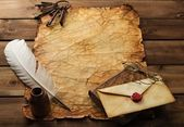 Accessori scrittura e mazzo di vecchi tasti su una carta d'epoca su sfondo in legno — Foto Stock