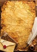 Piśmiennicze na vintage papieru na tle drewniane — Zdjęcie stockowe