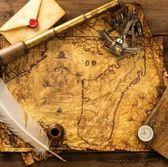 Sextante, spyglass y envolvente en vendimia mapa sobre fondo de madera — Foto de Stock
